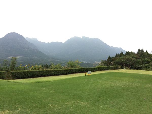 ティーグラウンドから見る妙義山の画像
