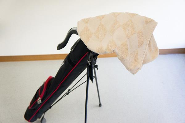 雨よけにタオルをかけたセルフスタンドクラブケースの画像