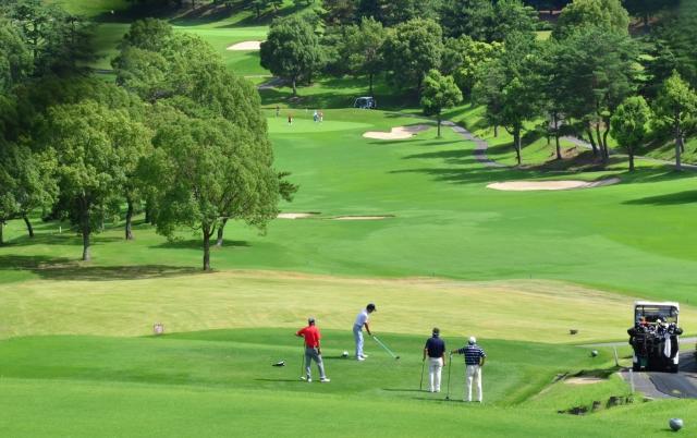ゴルフプレーヤーを見守る仲間の画像