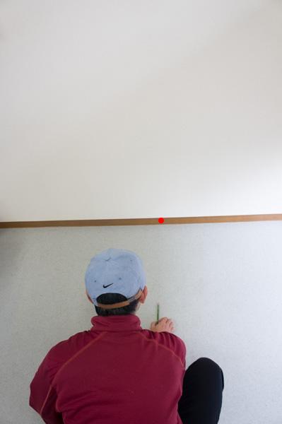 印に向かって鉛筆を置く画像