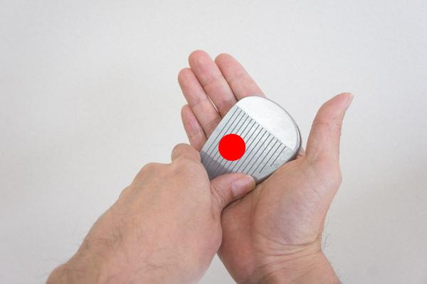 フェースの芯を左手と右手で包む画像